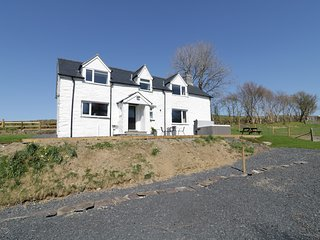 BRYNDAN, countryside views, hot tub, Machynlleth 5 miles, Ref 950951