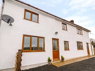 UPPER CAERFAELOG, detached farmhouse, hot tub, sauna, outdoor TV, WiFi, near Lla