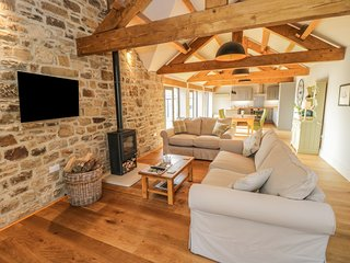 THE BYRE, exposed stone and beams, en-suites, barn conversion, Ref 935175