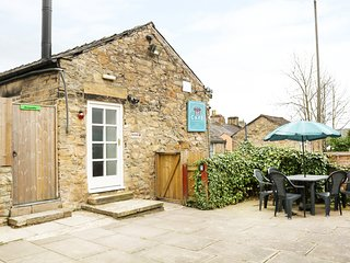 LADYBIRD, first floor apartment, private enclosed courtyard, WiFi, nr New Mills,