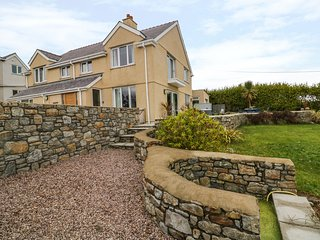 BRYN Y DON, en-suites, views of Red Wharf Bay, pet-friendly, Ref 923047
