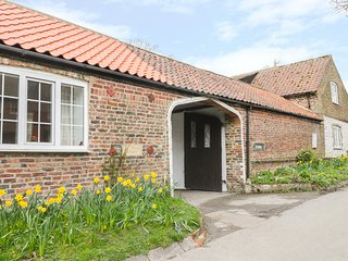 TWITCHERS' DEN, ground floor cottage, off road parking, patio, near Bridlington,