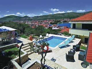 2 bedroom Apartment in Trogir, Splitsko-Dalmatinska Županija, Croatia : ref 5562