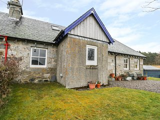 TIGH BEAG elevated cottage, views, in Cairngorms National Park, multi-fuel stove