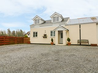 TAN Y BARN COTTAGE, open-plan, hot tub, woodburner, in Brynteg