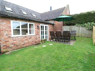 ORCHARD COTTAGE, pet friendly, character holiday cottage, with a garden in Edlas