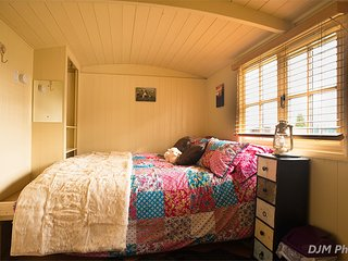 Luxury & cosy, self contained Shepherds Hut, with ensuite and wood burning stove