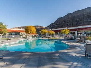 NEW LISTING! Cozy condo w/shared pool, hot tub, right at Crescent Bar!