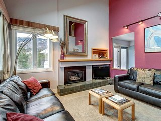 Cheerful condo w/ balcony & shared pools, hot tub, and tennis - close to skiing!