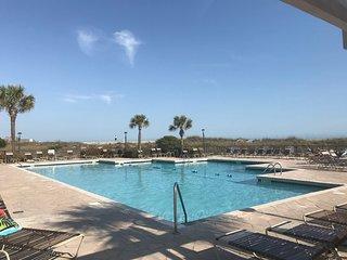 Beautiful Pool View Condo