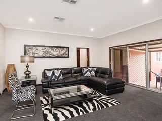 Big Big House Sleeps 11 Beds + 2 Cots - Luxury Furnishings - Pool from November