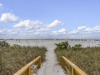 NEW LISTING! Gulf-front condo w/lanai, shared pool/hot tub/tennis & beach access