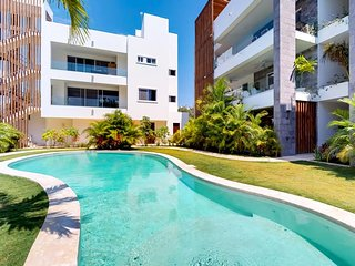 Modern apartment with shared pool - near the beach, dining, & sights!