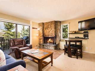 New rental! Snowmass mountainside. Balcony/pool/hot tub/free parking/wood burnin