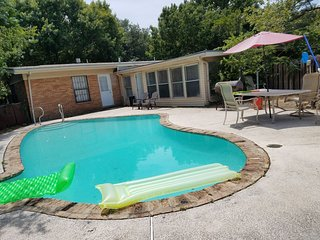 Have Fun In This House - Open Floor Plan With Pool And Party Room Great Location
