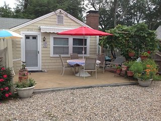 Adorable one bedroom home only 3/10 mile to Sea Street Beach