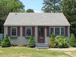Adorable Cape cottage just 3/10 miles to Glendon Road beach in Dennisport