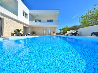 Luxury villa with 50m2 heated private pool up to 20 pax