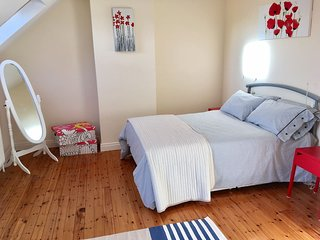 Modern home, sleeps 6, close to all amemities.