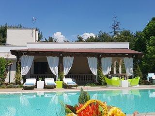 Villa Edda con piscina a sfioro riscaldata campo tennis privati, wifi, giardino