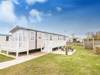 8 Berth Caravan at Hopton Haven Holiday Park, in Great Yarmouth. REF 80041GW