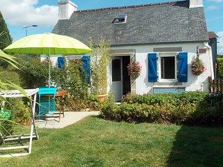 Chaleureux petit gite avec cheminee, jardinet clos, Monts d'Arree, 30 min mer