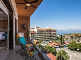 Beautiful condo in romantic zone a few steps from the beach with ocean views