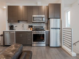 2 Masters BR Ultra Modern Seattle Condo! Sleeps 8!
