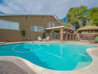 Blue Oasis ★ Sleeps 14 ★ Las Vegas 4-Br Near Strip