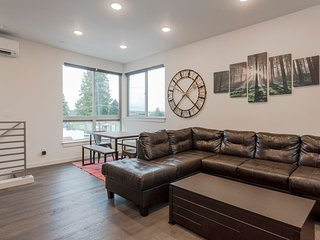 Urban Oasis - Sleeps 8! Ultra Modern Seattle Condo