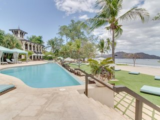 Stylish condo with shared pools and hot tubs, in great area near the beach