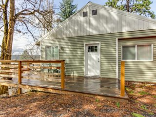 Spacious lakeview family-friendly home - close to hiking and lakeside fun