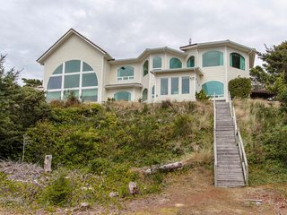 Luxurious riverfront house w/ views, shared hot tub & sauna - beach nearby!