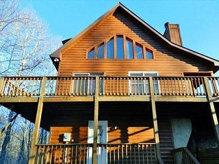 DEERWOODS-SPACIOUS LOG HOME WITH WIFI, GAS LOG FIREPLACE, HOT TUB & FOOSBALL!