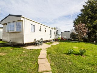 8 berth caravan at Seawick Holiday Park. In Seawick, Clacton-on-Sea. REF 27023R