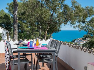 Individual villa with garden and splendid sea view only 1 Km. from the beach.