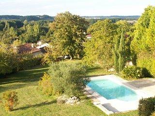 Vaste maison de maitre dominante sur une magnifique vue panoramique avec piscine