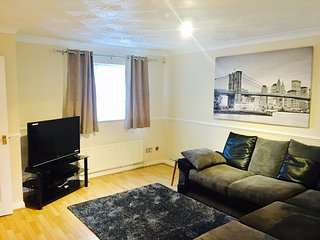 3-Bed House Nr Excel Centre, London O2 and London City Airport. Sleeps 7