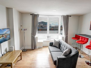 Duplex Apartment in the heart of Galway City with water view, parking, sleeps 6