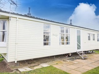 8 Berth caravan in Breydon Water Holiday Park near Great Yarmouth Ref 10038 RP