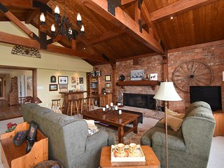 A stunning three bedroom luxury chalet at the base of Blue Mountain (310260)