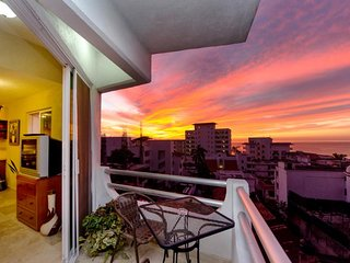 Beautiful condo in romantic zone just two block to the beach with city view