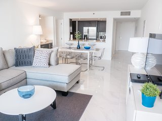 3152 Bright 2 br condo with City views- FREE PARKING !