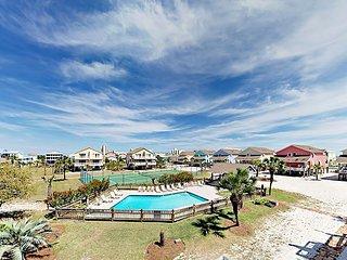 Charming 2BR Duplex w/ 2 Balconies Overlooking Pool -- Tennis & Beach Access