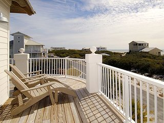 'Peli Pel'3BR w/ 3 Decks, Stunning Vistas & Hot Tub - Close to Beach & Pool