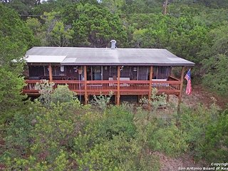 Fun Hill Country Cabin Close to Canyon Lake Boat ramp 1 and Tubing on Guadalupe