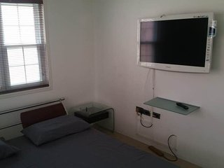 BEC's NEW KINGSTON GUEST HOUSE... Hasle free professional host.. 2x bedroom