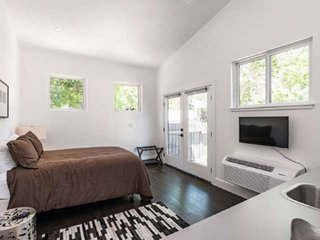 1 Block off South Congress - No Car Needed! Walk to Dining, Shopping & More! Thi