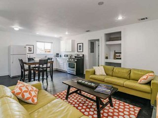 New To Market! Comfortable South Congress Cottage - In the Heart of Austin - Per