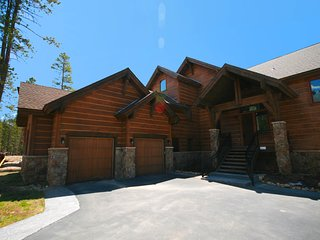 Private Hot tub at Keystone Retreat 33 walk to the slopes, private garage, King